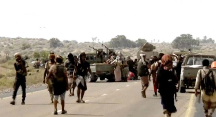 예멘 남서부 호데이다에서 후티 반군과 교전 중이던 정부군 병사들이 장갑차량 주위에 모여 있다. 이 모습은 지난해 12월18일(현지시간) 입수된 동영상에서 캡처했다. (사진=연합뉴스)
