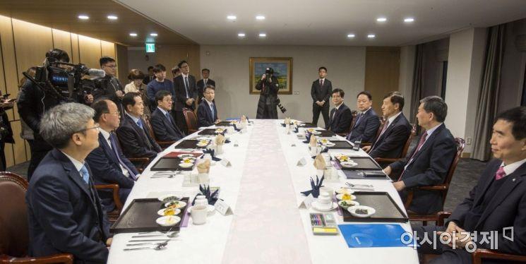 [포토] 참석자들과 대화하는 이주열 한국은행 총재
