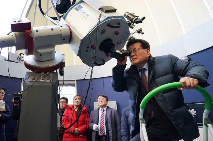 유덕열 동대문구청장이 동대부고 동국 천문대 개관식에 참석해 원형돔 천문대에 설치된 망원경으로 화성을 관측하고 있다.