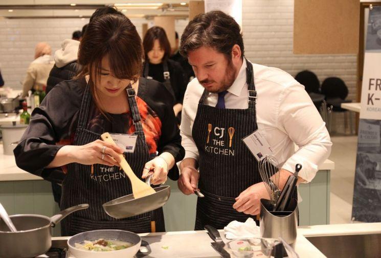 행사에 참석한 아디 버나드 주한 뉴질랜드 차석대사(오른쪽)가 부인과 함께 비비고 만두를 활용해 요리를 하고 있다.