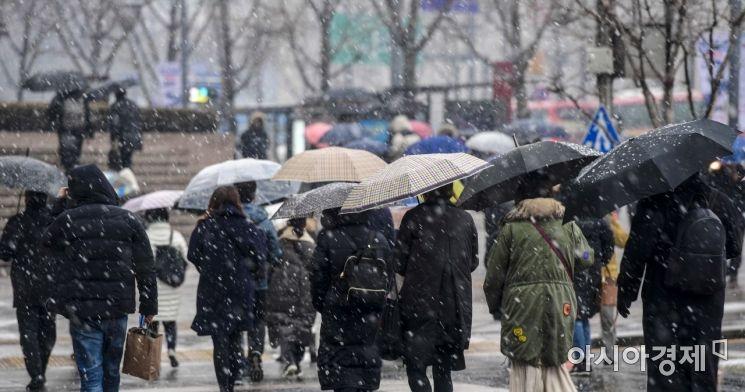 [포토]함박눈에 우산쓰며 출근하는 직장인들