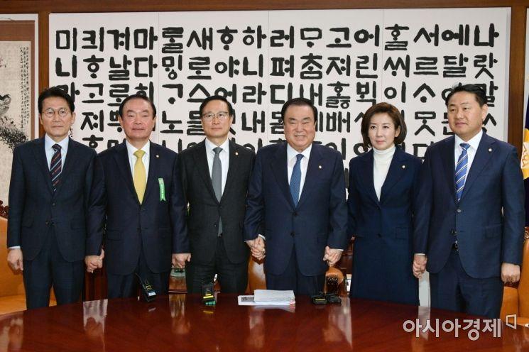 [포토] 손 맞잡은 국회의장-여야 원내대표
