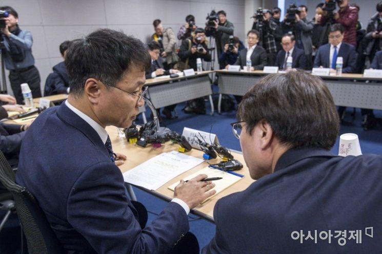 [포토]의견 나누는 김용래 산업통상부 통상차관보