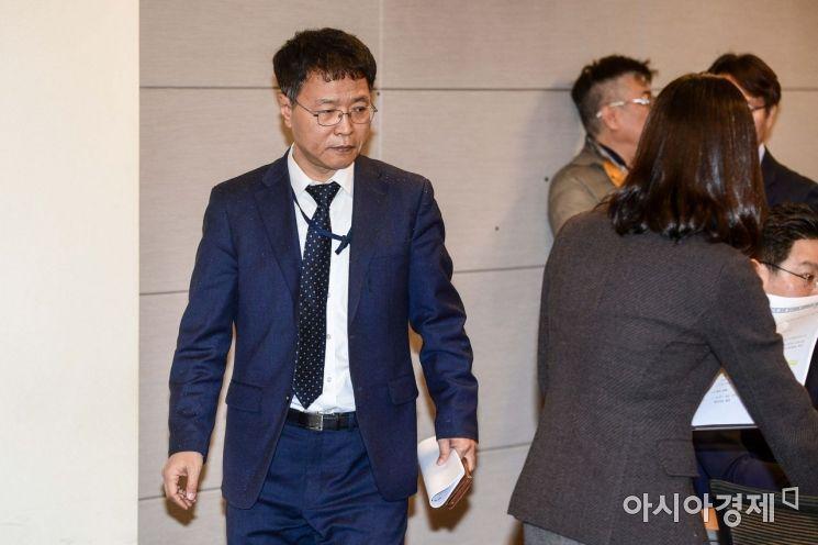 [포토]회의실 들어서는 김용래 산업통상자원부 통상차관보