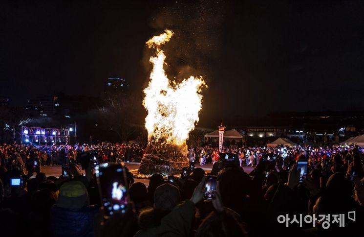 [포토] 남산 한옥마을, 정월대보름 달집태우기