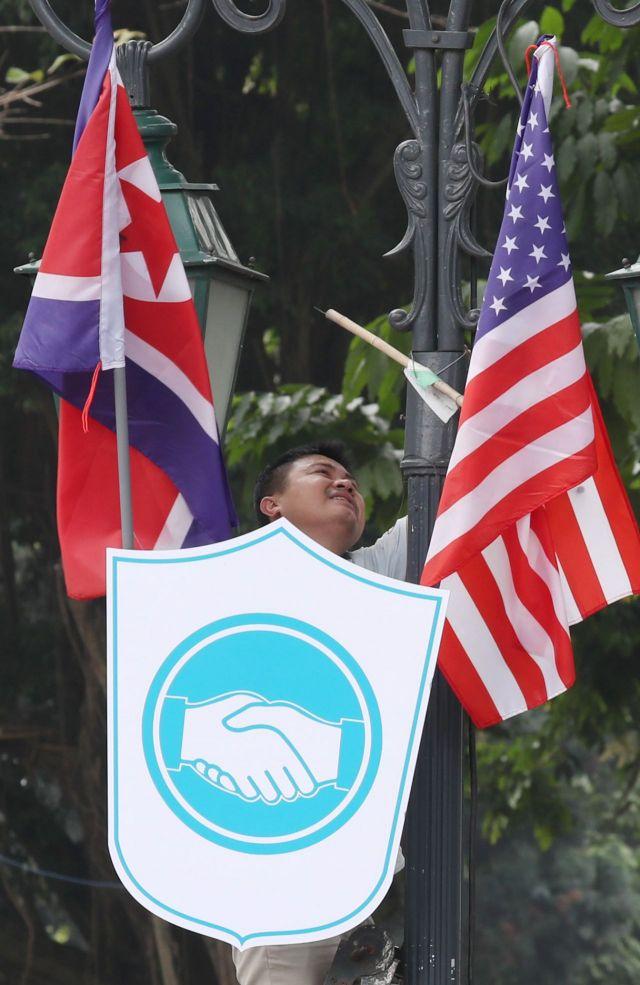 제2차 북·미정상회담이 열리는 베트남 하노이 정부게스트하우스 인근 도로에서 관계자들이 인공기와 성조기를 걸고 있다. <이하 사진=연합뉴스>