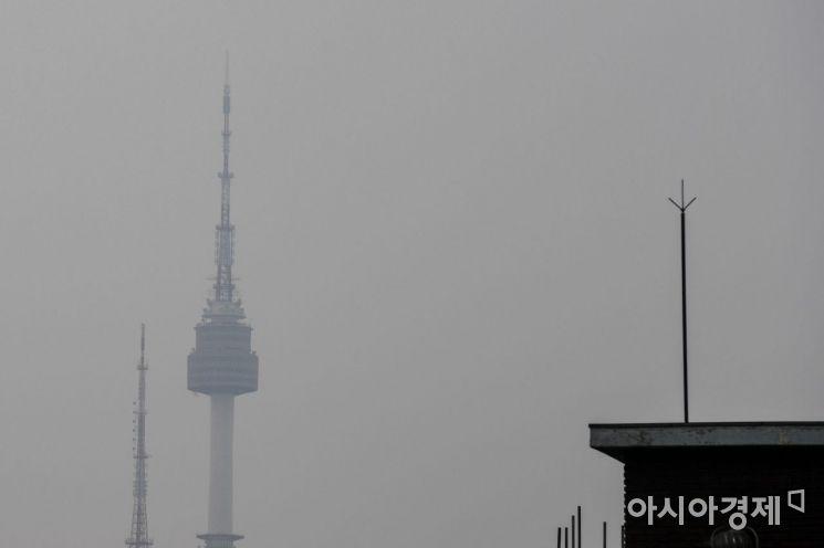수도권에 고농도 미세먼지 예비저감조치가 발령된 20일 서울 마포구에서 바라본 남산타워가 미세먼지에 싸여 있다./강진형 기자aymsdream@