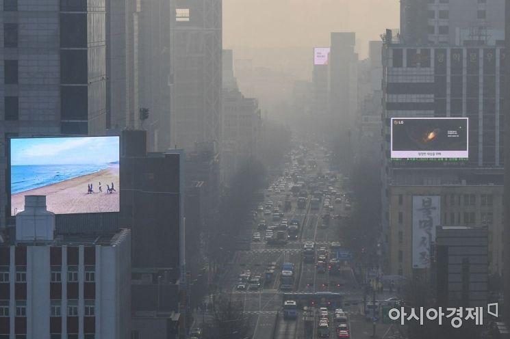 서울을 포함한 수도권 지역에 이틀째 고농도 미세먼지 예비저감조치가 발령된 21일 서울 종로구에서 바라본 도심이 미세먼지에 싸여 있다./강진형 기자aymsdream@
