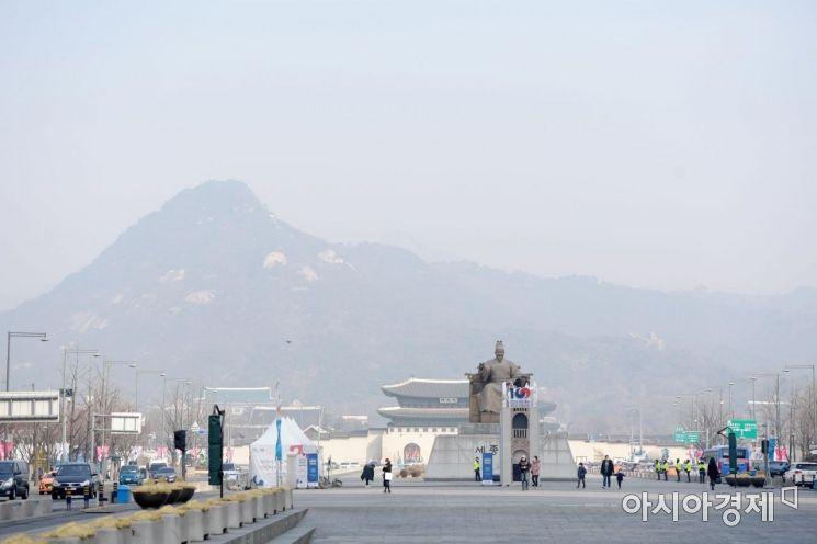 제주를 제외한 전 지역에 미세먼지 비상저감조치가 발령된 22일 서울 광화문광장에서 바라본 하늘이 뿌옇다. /문호남 기자 munonam@