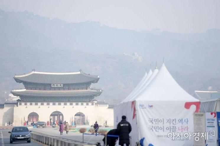 제주를 제외한 전 지역에 미세먼지 비상저감조치가 발령된 지난 22일 서울 광화문광장에서 바라본 하늘이 뿌옇다. /문호남 기자 munonam@
