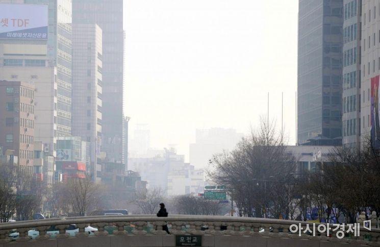 제주를 제외한 전 지역에 미세먼지 비상저감조치가 발령된 22일 시민들이 뿌연 하늘 아래 서울 청계천 모전교를 지나고 있다. /문호남 기자 munonam@