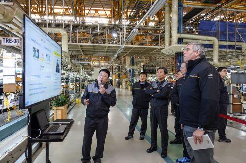 르노 그룹 로스 모조스 부회장(오른쪽)이 21일 르노삼성 부산공장을 방문해 생산 현장의 주요 사항들을 점검하고 있다./ 사진=르노삼성자동차