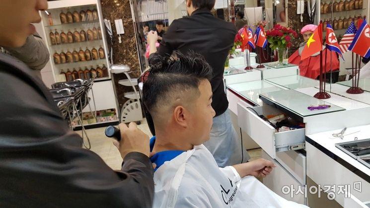 23일(현지시간) 하노이의 한 미용실에서 김정은 북한 국무위원장의 헤어스타일인 일명 '김정은컷' 작업이 진행 중이다.