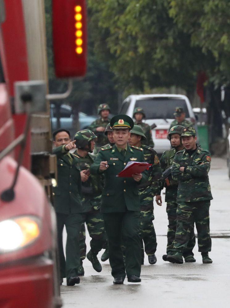 제2차 북·미정상회담을 나흘 앞둔 23일(현지시간) 오후 중국과 접경지역인 베트남 랑선성 동당역 인근에서 베트남 군 관계자들이 현장 점검을 하고 있다. <사진=연합뉴스>