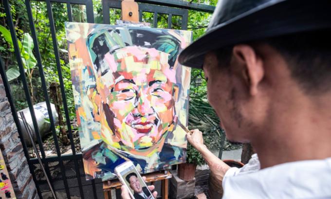 트란 람 빈씨가 김정은 북한 국무위원장의 초상화를 그리고 있다. <사진=VnExpress>