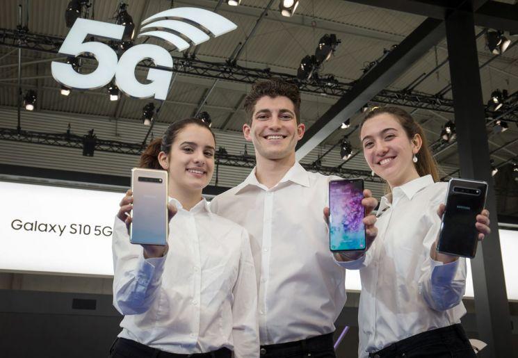 세계 최대 모바일 전시회 '모바일 월드 콩그레스(MWC) 2019' 개막을 이틀 앞둔 23일(현지시간) 모델들이 삼성전자 최초 5G 스마트폰 '갤럭시 S10 5G'를 소개하고 있다.