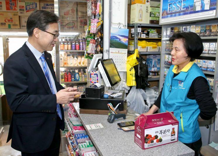 유성훈 금천구청장이 시흥동에 소재한 한 나들가게에서 상점 주인과 제로페이 장점에 대해 이야기하고 있다.