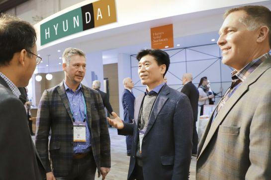 유정석 현대L&C 대표(오른쪽 두 번째)가 북미 주방ㆍ욕실 전시회 'KBIS'에서 현지 바이어들과 이야기를 나누고 있다.