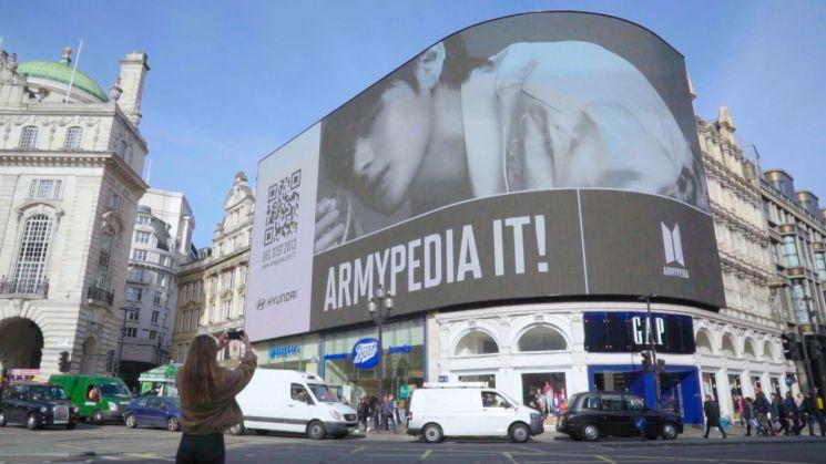 현대차는 방탄소년단이 전세계 팬들을 대상으로 '아미피디아'를 알리는 캠페인을 지원하기로 했다. 영국 런던의 중심 피카딜리 서커스 전광판에 상영되고 있는 방탄소년단 글로벌 캠페인 티저 영상/사진=현대차