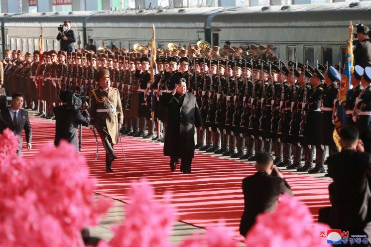 베트남 하노이에서 열릴 제2차 북·미정상회담을 위해 북한 김정은 국무위원장이 평양을 출발했다고 조선중앙통신이 23일 보도했다. 평양역에서 열린 환송행사에서 김 위원장이 의장대 사열하고 있다. [이미지출처=연합뉴스]