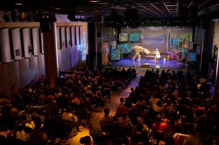 포스코는 지난 23일 포스코센터에서 일반시민 가족들과 함께하는 포스코 키즈 콘서트 '와, 공룡이다!'를 개최했다.