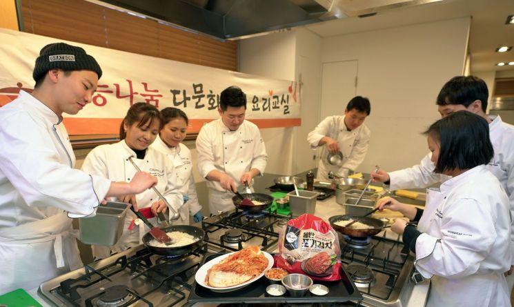 신세계푸드, 다문화가정 초청해 '김치' 요리교실