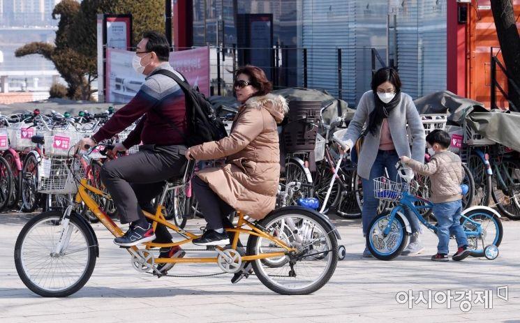 [포토] 자전거로 만끽하는 포근한 휴일