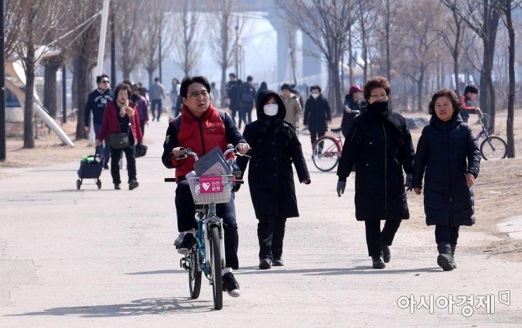 [포토] 산책 즐기는 시민들