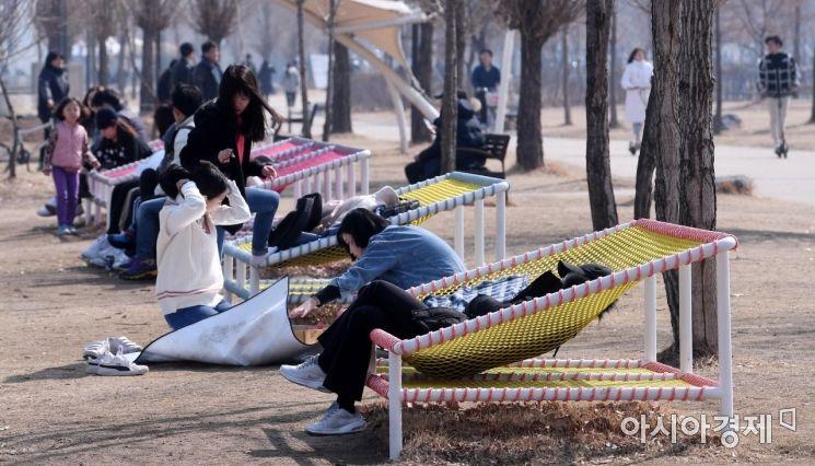 [포토] 포근한 봄 날씨 만끽하는 시민들