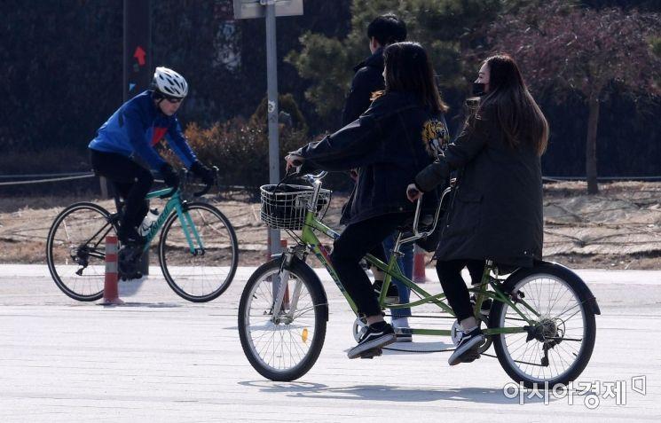 [포토] 자전거 타고 봄 날씨 즐겨요