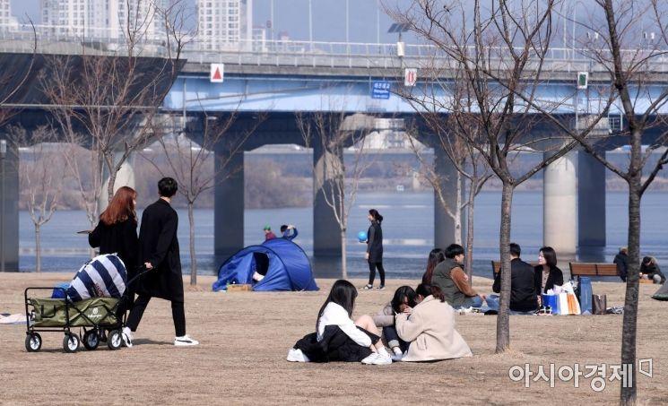 [포토] 포근한 날씨, 나들이 나선 시민들