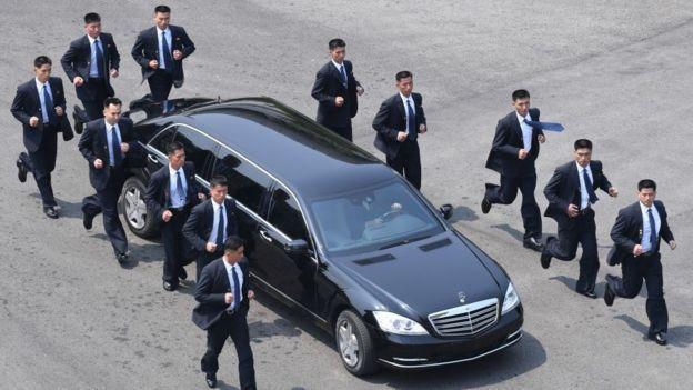 지난해 4·27 판문점 남북정상회담에서 김정은 북한 국무위원장의 차량을 호위하는 북측 경호원들