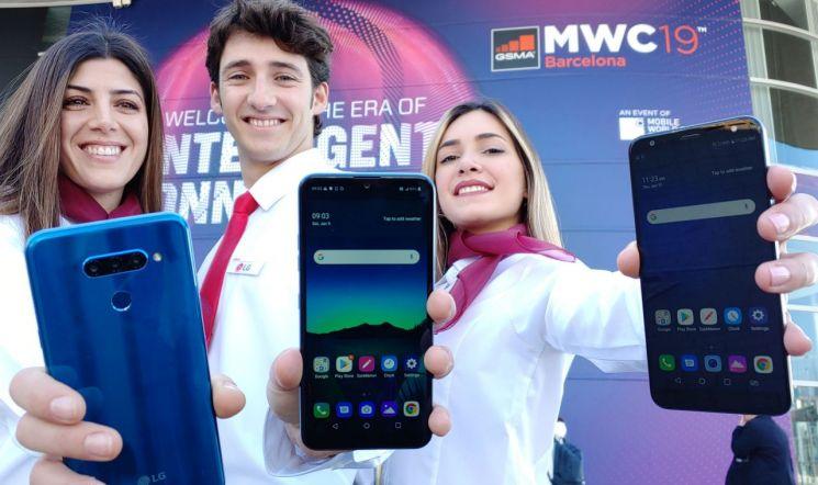 LG전자가 현지시간 25일부터 28일까지 나흘간 스페인 바르셀로나에서 열리는 'MWC 2019'에 참가한다. LG전자는 이번 전시에서 '혁신을 넘어선 새로운 경험'을 슬로건으로 5G 스마트폰을 포함, 프리미엄부터 중가형과 실속형으로 이어지는 V/G/Q/K 시리즈 풀 라인업을 소개한다. LG전자 모델들이 MWC 2019가 열리는 '피라그란비아' 전시장 입구에서 'LG Q60', 'LG K50', 'LG K40'(사진 왼쪽부터) 등 실속형 스마트폰 신제품 3종을 소개하고 있다.