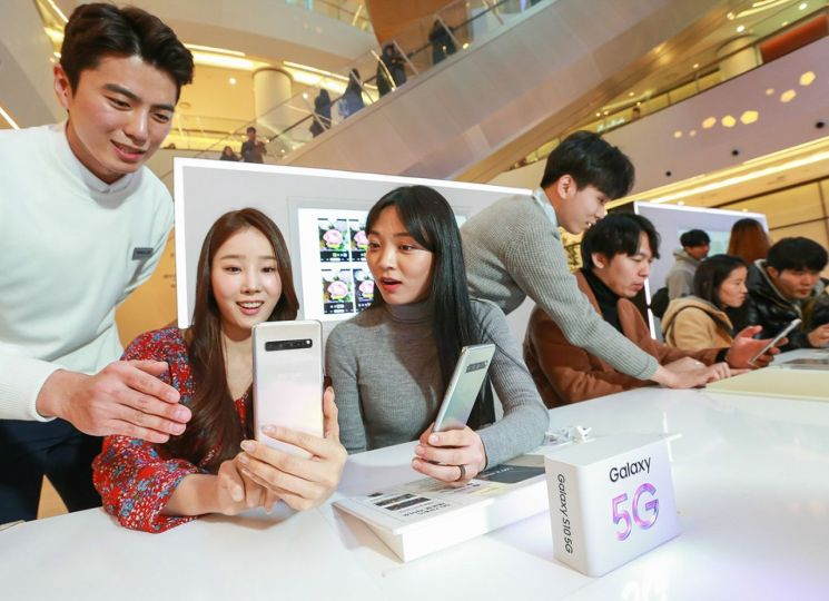 갤럭시 스튜디오를 찾은 소비자들이 5G 스마트폰 '갤럭시 S10 5G'를 체험하고 있다. 갤럭시 S10 5G 체험 공간은 타임스퀘어와 코엑스, 롯데월드몰 내에 마련됐다.