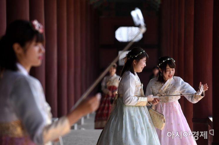 [포토] 경복궁 나들이 즐기는 관광객들