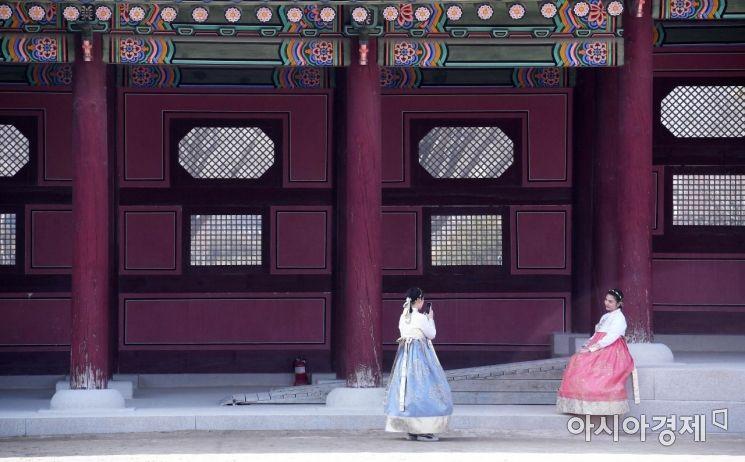 [포토] 포근한 봄 날씨의 경복궁