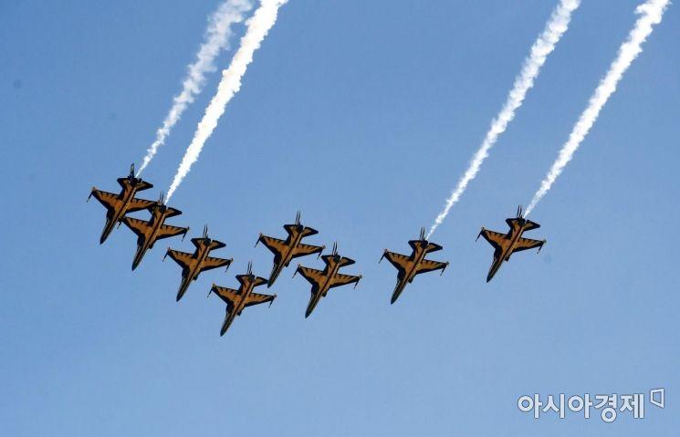 공군 특수비행팀 '블랙이글스'가 25일 서울 도심 상공에서 3·1절 행사와 관련한 사전 연습비행을 하고 있다./김현민 기자 kimhyun81@