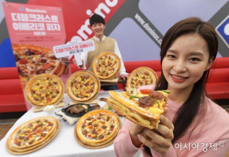 서울 도미노피자 명동점에서 홍보 도우미들이 봄 신제품 '더블크러스트 이베리코 피자'를 선보이고 있다. 5가지 토핑을 담은 더블크러스트 도우에 이베리코 포크를 더한 것이 특징이다. /문호남 기자 munonam@