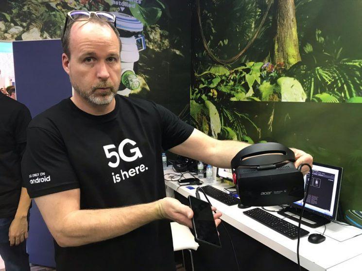 퀄컴의 '보더리스 XR'. 고가의 PC가 필요한 고해상도 3D 이미지 렌더링은 클라우드 서버에 맡기고 5G 서비스를 통해 HMD로 전송해 활용할 수 있다. 모바일 VR 특유의 저해상도 제약을 벗어날 수 있고 5G의 빠른 데이터 전송속도 덕분에 어지러움증도 없앴다.