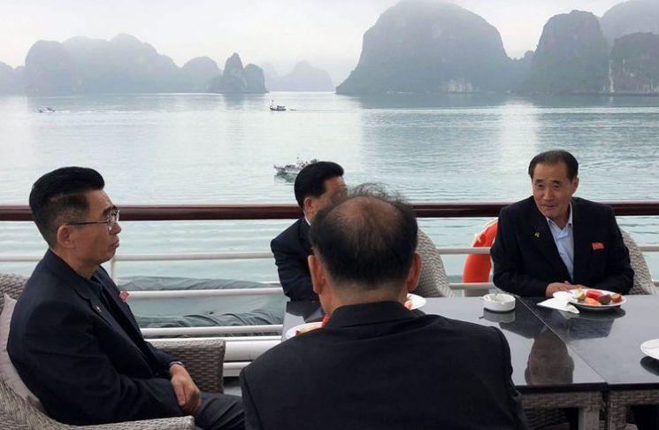 지난달 27일 베트남에서 할롱베이를 유람하는 북측 대표단 <사진=VnExpress>