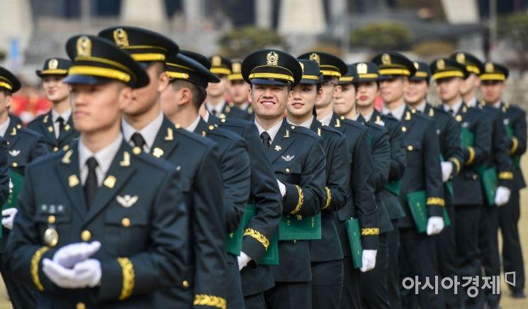 27일 서울 노원구 육군사관학교에서 열린 '75기 졸업 및 임관식'에서 한 졸업생이 환하게 웃고 있다./강진형 기자aymsdream@