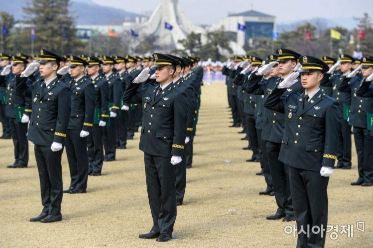27일 서울 노원구 육군사관학교에서 열린 '75기 졸업 및 임관식'에서 졸업생들이 경례하고 있다./강진형 기자aymsdream@