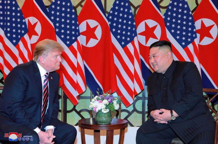 김정은 북한 국무위원장이 베트남 하노이 메트로폴 호텔에서 도널드 트럼프 미국 대통령과 만나 환담과 만찬을 했다고 조선중앙통신이 27일 보도했다.