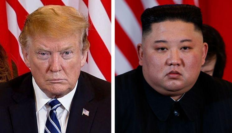 """2차 북·미정상회담 이튿날인 28일(현지시간) 도널드 트럼프(왼쪽) 미국 대통령과 김정은(오른쪽) 북한 국무위원장이 베트남 하노이의 소피텔 레전드 메트로폴 호텔에서 회담 도중 심각한 표정을 하고 있다. 백악관은 예정보다 일찍 종료된 2차 정상회담과 관련, """"현 시점에서 아무런 합의에 도달하지 못했다""""고 밝혔다."""