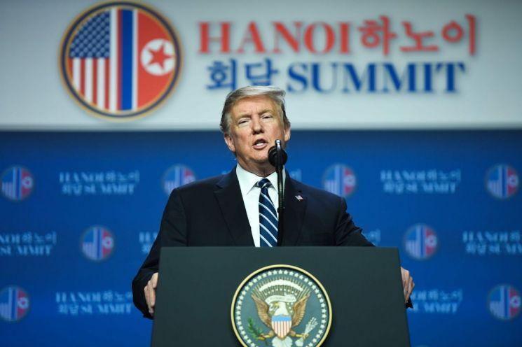 도널드 트럼프 미국 대통령이 28일 베트남 하노이에서 김정은 북한 국무위원장과의 제2차 북미정상회담을 합의 없이 끝낸 뒤 기자회견을 하고 있다. 사진=AFP/연합뉴스