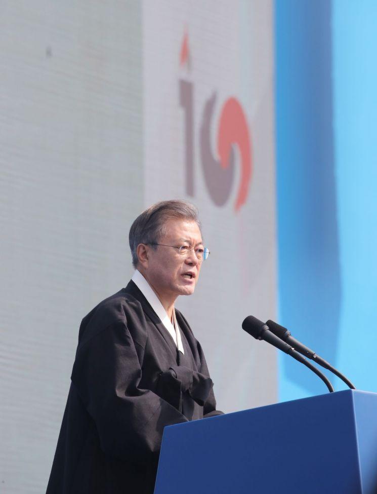 문재인 대통령이 1일 오전 서울 광화문에서 열린 제100주년 3.1절 기념식에 참석해 기념사를 하고 있다. <사진=연합뉴스>