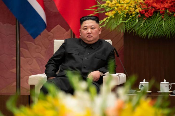 김정은 북한 국무위원장이 지난 1일 베트남 국회를 방문해 응우옌 티 낌 응언 국회의장과 환담하고 있다.
