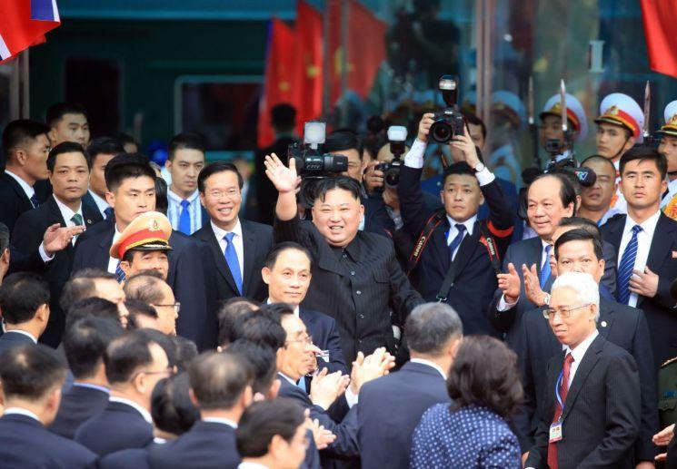 김정은 북한 국무위원장이 지난 2일 중국과 접경지역인 베트남 랑선성 동당역에 도착해 환송단에게 인사하고 있다.