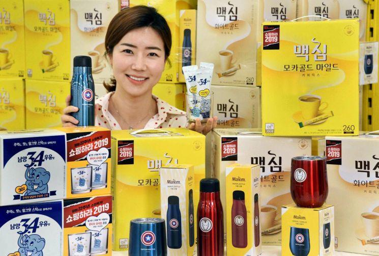 모델이 3일 서울 등촌동 홈플러스 강서점에서 '맥심X마블 기획팩'과 '남양 3.4우유맛 스틱 빈티지컵' 등 사은품을 함께 증정하는 커피·차 기획팩 상품들을 선보이고 있다.