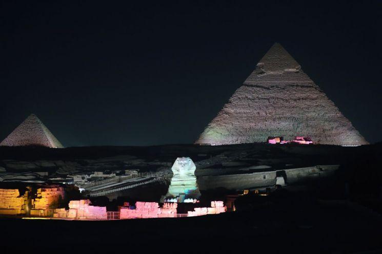 이집트의 대표적 관광명소 '기자 피라미드'에서 벌어지고 있는 '빛과 소리' 공연 모습<이미지출처:연합뉴스>